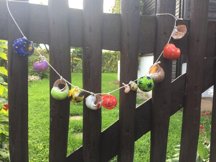 DIY Garten-Girlande aus kaputten angemalten Schneckenhäusern