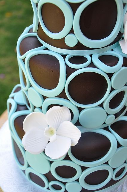 LOVE IT!! choc brown fondant covered with tiffany blue circles #jewish #wedding #cake via www.themodernjewishwedding.com