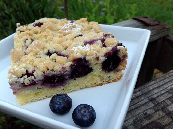 Ein saftiger Kuchen mit frischen oder eingefrorenen Blaubeeren bzw. Heidelbeeren, Joghurt und Streuseln. Ein köstlicher Obstkuchen zum Kaffee.
