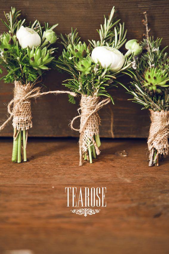 Mini esküvői csokrok, kitűzők zöld fűszernövényekből - rozmaringból, petrezselyemből, korianderből, kaporból, kakukkfűből, zsályából, mentából, medvehagymából, valamint kövirózsából, szárított mákból és boglárkából | mini wedding bouquets decoration with green herb, green spices - rosemary, parsley, coriander, dill, thyme, clary, mint and wood garlic/bear's garlic/ramson, and houseleek, dried poppy and ranunculus
