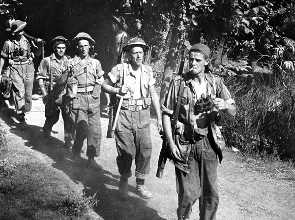 Infantrymen of The 48th Highlanders of Canada advancing towards the Gothic Line near the Foglio River, Italy, 1944. Library and Archives Canada MIKAN 3231063