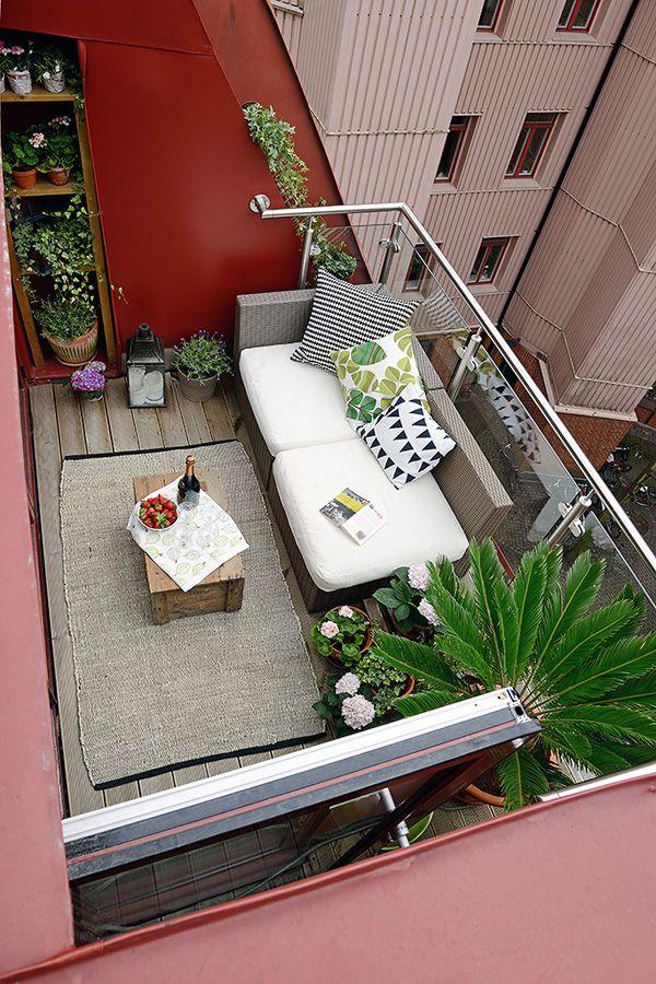 Flere og flere vælger at møblere altanen helt anderledes end for få år siden. Her er det en poly-rattan sofa og et lille sidebord, der har forvist det 4 personers havebord, der er på de fleste altaner af denne størrelse