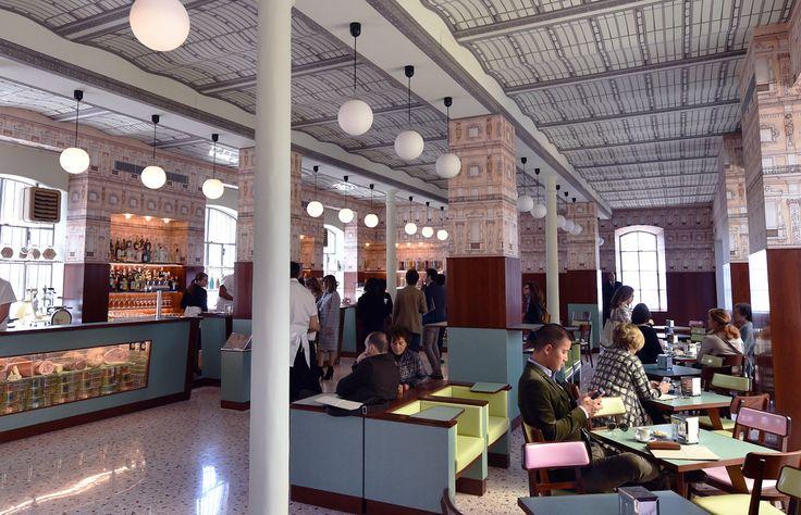 La firma italiana Prada y el director de cine Wes Anderson hacen mancuerna para crear un bar, como parte de la Fundación Prada, digno de cualquier película de Anderson.