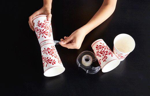 Ein Schritt-für-Schritt-GIF-Bild, bei dem zu sehen ist, wie man mithilfe von Pappbechern, Karton, Klebstoff und Glitter selbst Pokale basteln kann.