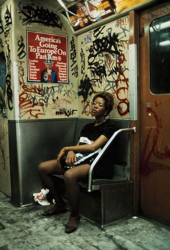Découvrir New-York en 1983 à travers la street photography de Thomas Hoepker, un photographe et reporter allemand qui documente la ville…
