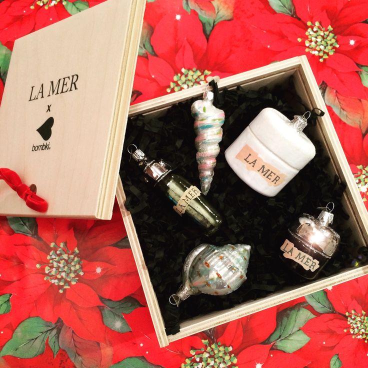 Ornamenti deliziosi! La Mer in collaborazione con Bombki realizza questo scintillante kit di decorazioni natalizie in vetro. Piccole, fedeli riproduzioni dei suoi rinomati ed emblematici prodotti skincare. La bellezza quest'anno sta appesa pure all'albero di Natale.