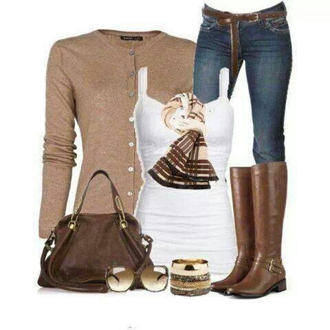 Jersey marron con botones + camiseta blanca + jeans oscuros + botas altas marrones + bolso marron + pañuelo