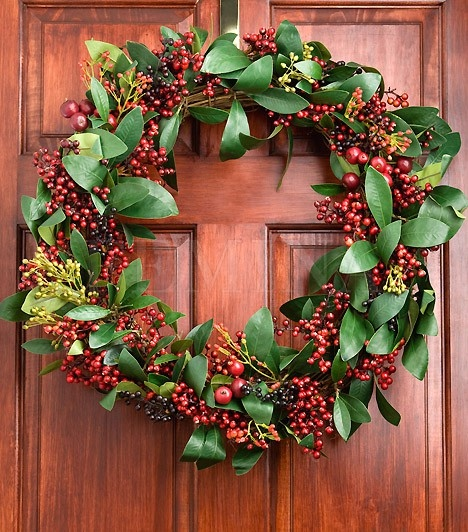 Szerezz be egy fonott koszorúalapot, majd vesszői közé szorosan tűzd be a magyal szárait. Egyéb díszítésre nem is lesz szükséged, hiszen önmagában is remekül mutat.  #adventi_kopogtato  #karacsony  #christmas  #christmas_decorations