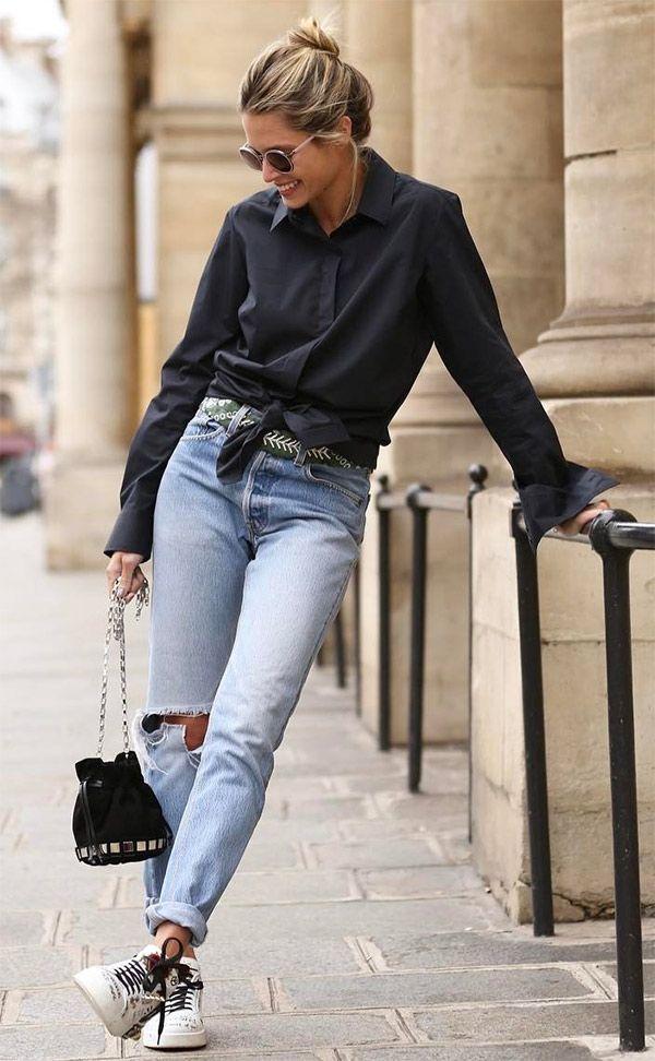 A camisa com nó e o tênis ficam super descontraídos no look da Helena Bordon