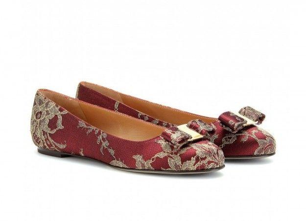 Ferragamo ballerine in pizzo - Dalla collezione di scarpe Ferragamo AutunnoInverno 20122013: ballerine rosse con pizzo ricamato.