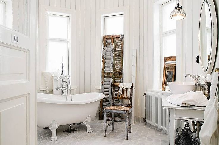White bathroom with a rural feeling, old furnitures mixed with new ones. #scandinavian #classic #Swedish #interior #badrum #vit #lantligt #shaby