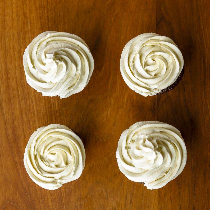 bestes Buttercreme-Zuckerguss-Rezept in Strudeln und Rosetten auf Schoko-Cupcake …