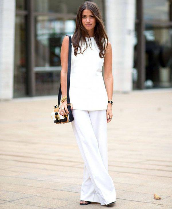 Look total branco para o escritório, com pantalona e regata com sandália preta.