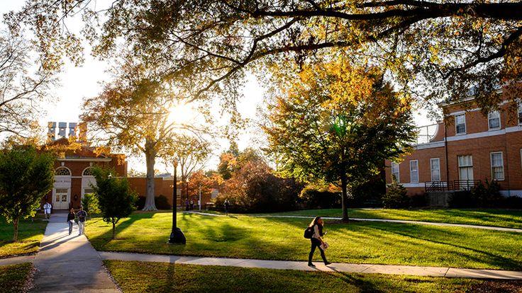 Nedaleké městečko Eastlake má malý univerzitní kampus, dokonce s bratrstvem a sesterstvem.