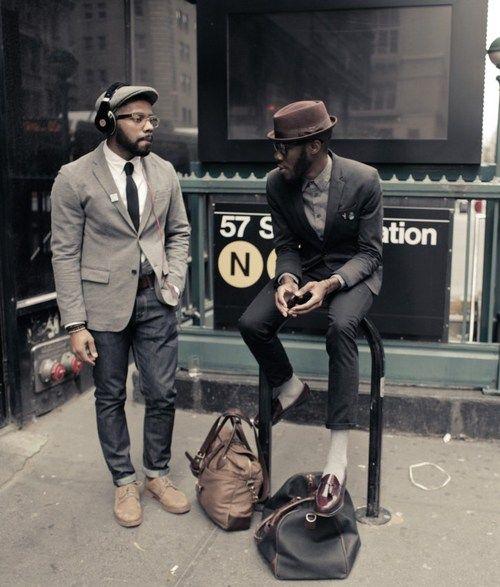 1. Que tiene en los pantalones vaqueros negros con un lazo negro y zapatos…