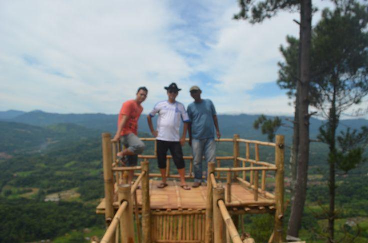Berada di desa Tembong, kecamatan Garawangi - Kuningan, bukit Panembongan menjadi obyek wisata baru yang menawarkan sensasi yang berbeda.