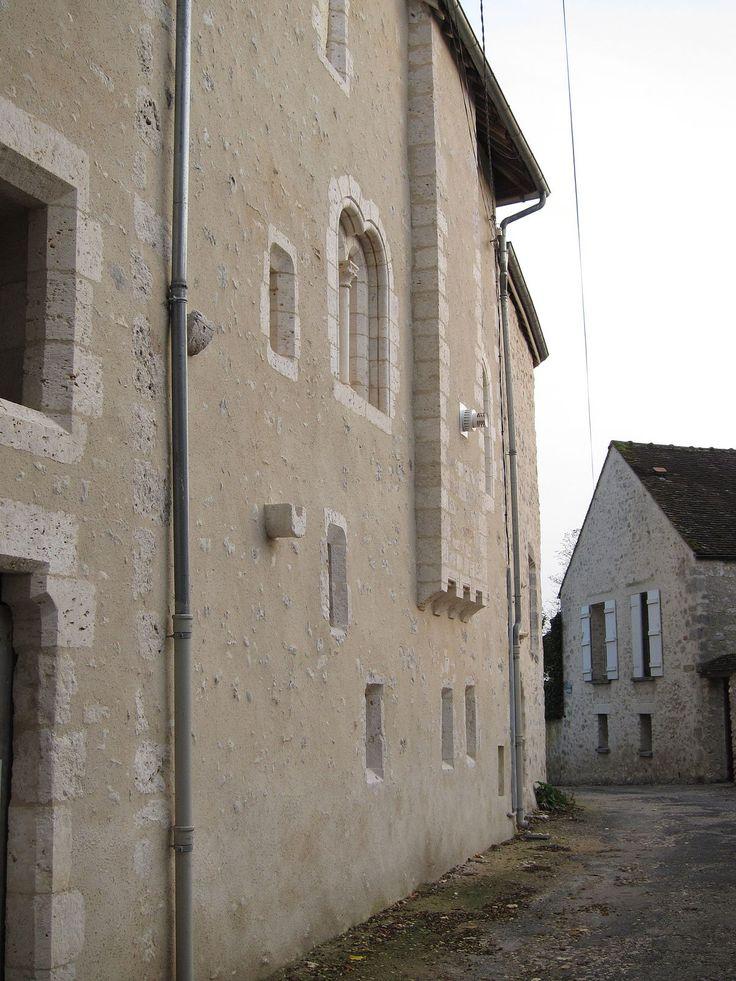 Château de la Reine Blanche (Provins) — Wikipédia    Propriété privée (2 rue de Savigny, en ville haute), difficilement visible depuis la rue où elle est cachée par un mur. L'arrière est plus accessible et a un côté typiquement mauresque qui tranche avec le reste du bâti médiéval.    Son nom provient de Blanche de Castille.
