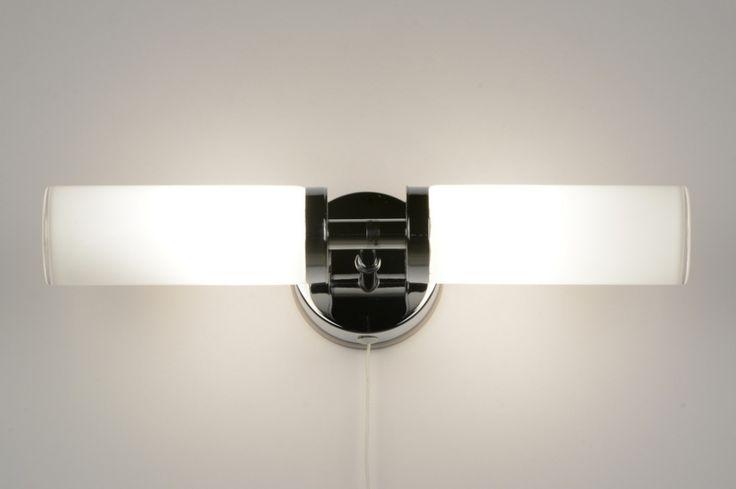 Artikel 71557 Prachtige wandlamp / badkamerlamp! Deze fraaie lamp is uitgevoerd met twee glazen met in elk glas een lichtpunt. Het glas is van wit glanzend opaal glas. Het glas is dik van uitvoering en gesloten, zodat er een goede afdichting is ontstaan. Door de IP44 waarde is dit armatuur ook geschikt voor in de badkamer.  De wandplaat is in chroom en rond van vorm. http://www.rietveldlicht.nl/artikel/wandlamp-71557-modern-chroom-glas-wit_opaalglas-metaal-langwerpig