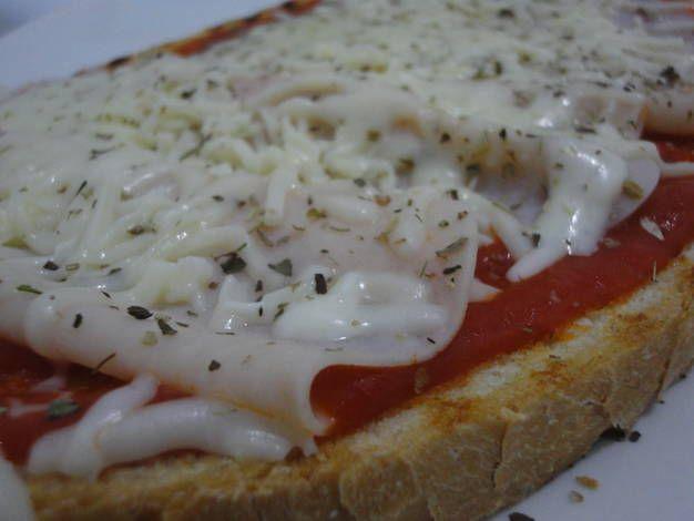 Bruschetta de pechuga de pollo y mozzarella