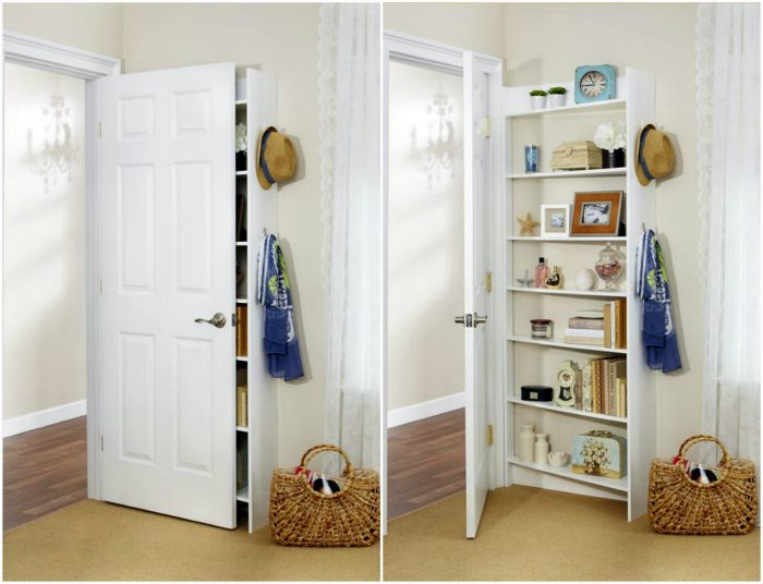 Компактный книжный шкаф за дверью.