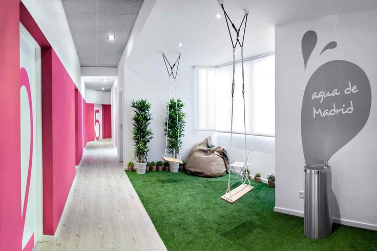 Gazon synthétique dans les couleurs du U Hostel de Madrid... on adore ! #decorasol #gazonsynthetique #decoration