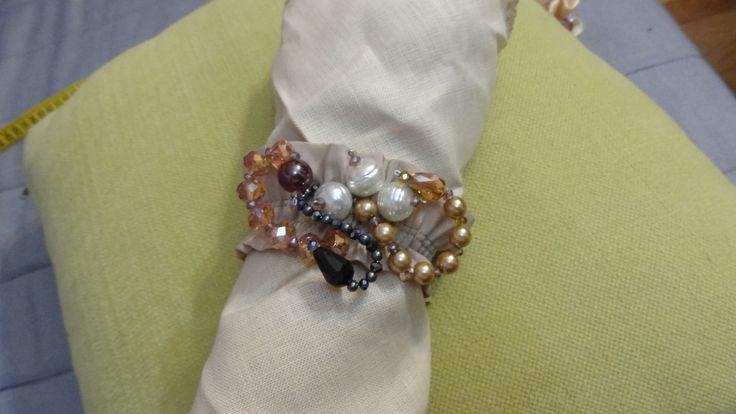 Elegante bracciale realizzato in tessuto e decorato con perle