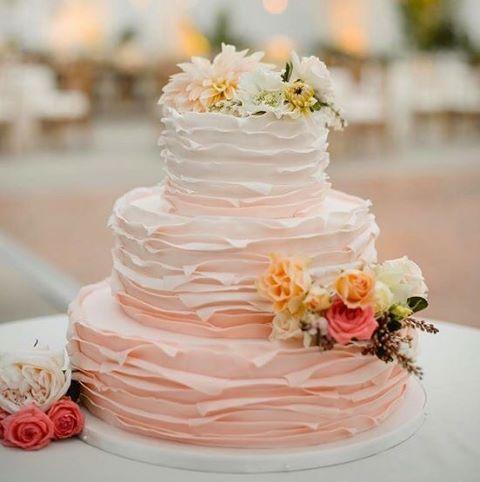 """312 curtidas, 5 comentários - Casar.com (@casarpontocom) no Instagram: """"Bolo com efeito ombré continua em alta! Na cor rosa, combina com #casamentos românticos!"""""""
