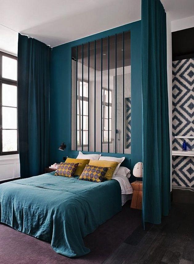 Des rideaux pour prolonger le mur de la chambre bleu turquoise style et jaune