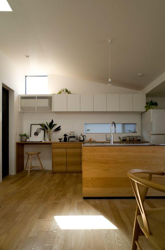 キッチン:ナラ板目無垢材オイル塗装仕上げ 水栓器具: カクダイ[118-130]