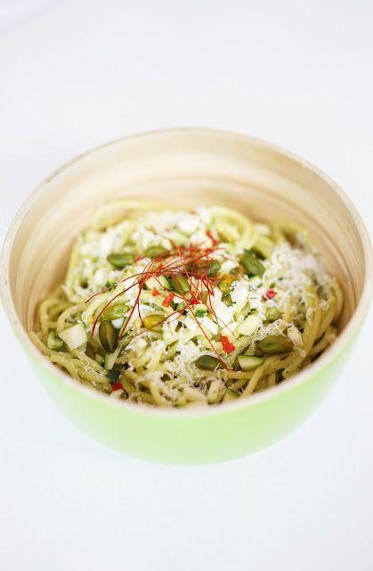 stilblume.: Spaghetti in Petersilien-Zucchini-Pesto mit Pistazien + Chili