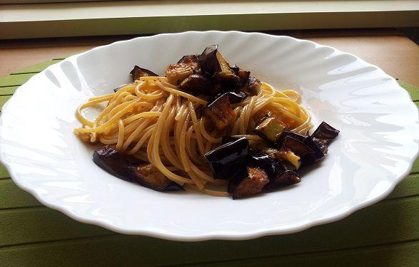 Spaghetti con melanzane mantecati al pecorino