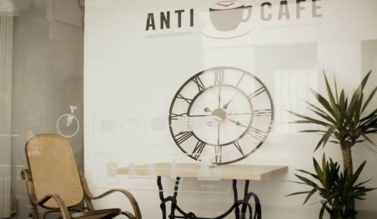 L'Anticafé / Il vous mitraille du coin de l'oeil depuis que vous avez reposé votre verre vide sur la table. Entre le garçon de café et vous, la guerre froide a commencé : il va falloir recommander, ou partir. La prochaine fois vous irez à l'Anticafé, le café où l'on paye à l'heure. / L'AntiCafé 79 Rue Quincampoix 75003 Paris 01 73 73 10 74 4 € la première heure et 2 € les suivantes jusqu'à 17h, puis 4 € l'heure. 14 € la journée, 200 € le mois d'Anticafé à volonté.