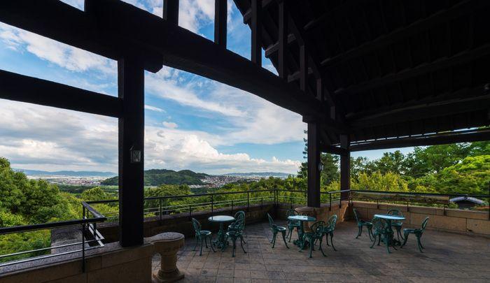 本館2階にある喫茶室にはテラス席もあり、ここから眺める景色はとても素晴らしいものです。木津川・宇治川・桂川の三川をのぞむことができ、豊かな自然をたっぷり堪能することができます。                                                                                                                                                                                 もっと見る