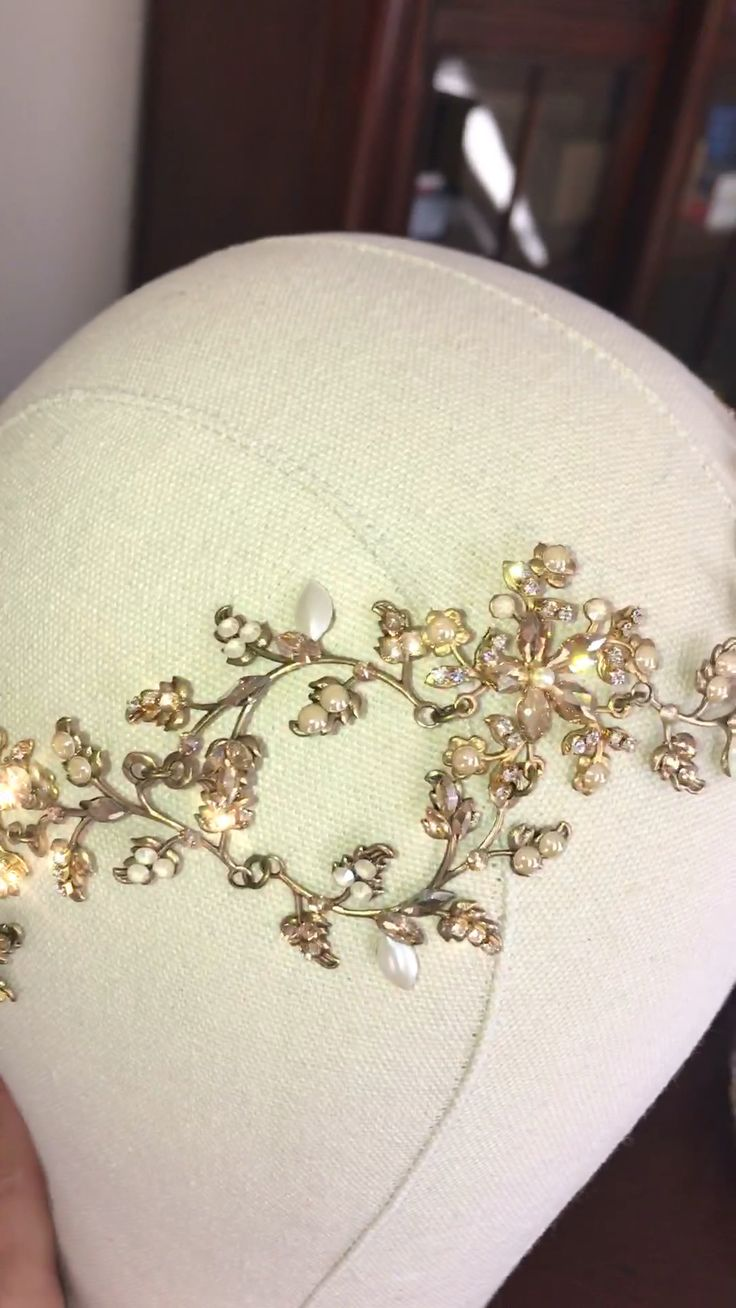 With sparkly leaf and floral detail a perfect romantic hair accessory