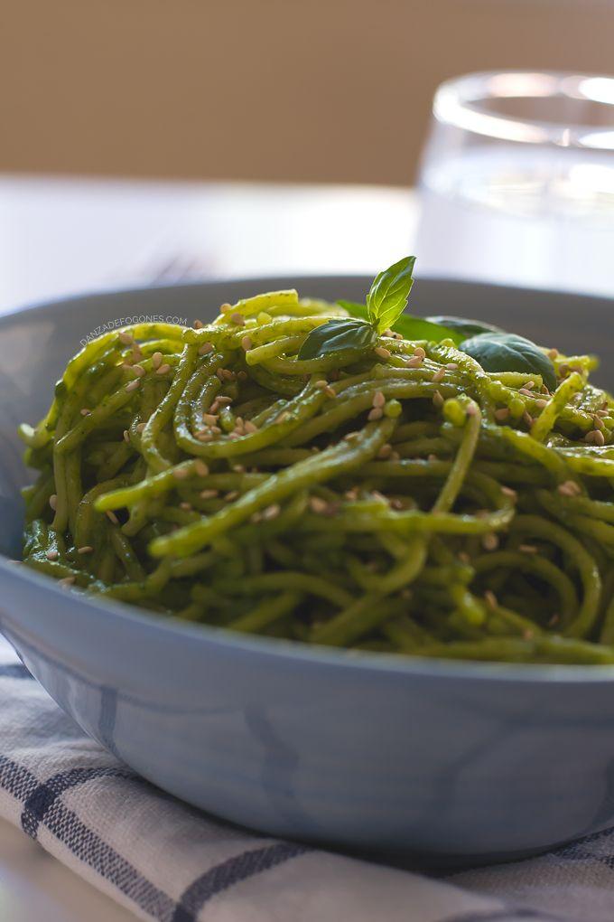 Espaguetis con salsa verde de coco en 15 minutos. Un plato sencillo con un sabor exótico y único. Solo necesitas 9 ingredientes. Son veganos y muy cremosos.