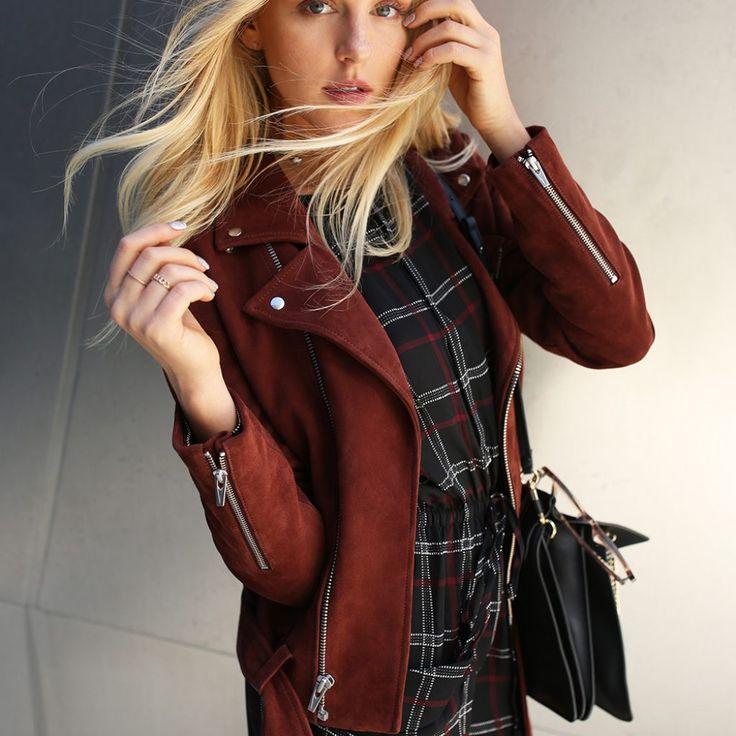 Замшевая куртка модного цвета бургунди