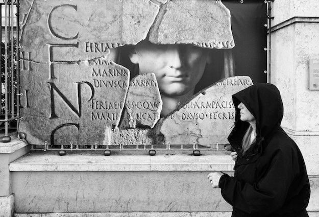 """Mostra Via Fotografia Di Strada A Roma  Luego: Museo di Roma in Trastevere, Piazza San Egidio 1/b, 00153 Roma, Italia.  La mostra '""""Via!"""" - Fotografia di strada da Amburgo a Palermo' è una mostra fotografica che si sta svolgendo presso il Museo di Roma nel quartiere Trastevere, fino al 30 aprile 2016. La mostra è il risultato di un progetto fotografico avviato nel 2014 dal Goethe Institut.  http://www.romaterminisuites.com/news/20160226-Via-Fotografia-Di-Strada-Mostra-A-Roma.html"""