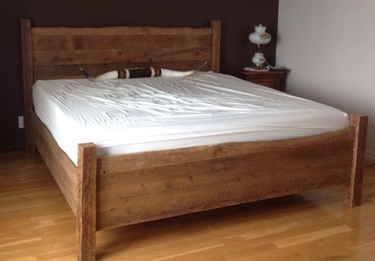 Lit King Bois De Grange : Lit King en bois de grange 899$
