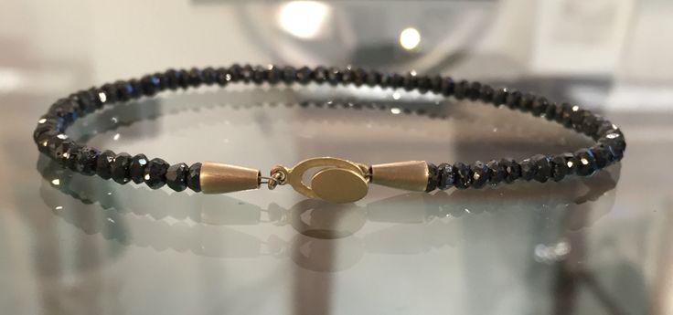 Sorte diamanter og guldlås - Black diamonds and goldlocker.