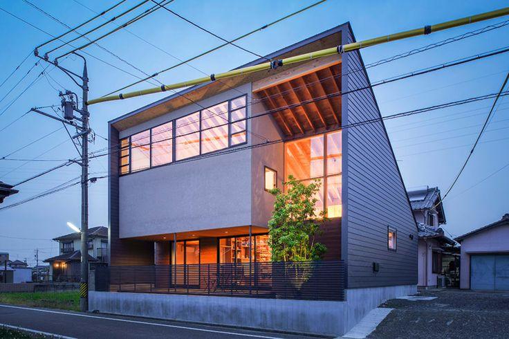 今回紹介するのは陽当たりの良さを感じる家。本住宅は太陽に向かって開くようなダイナミックな外観を持った自然光が気持ちのいい…