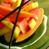 Tuoreita hedelmiä ja kookoskermaa