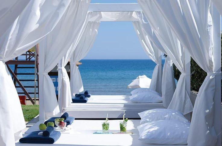 Je beleeft een heerlijk ontspannen vakantie, want wat een rust hier. 's Ochtends de deur naar het balkon openen en met een kop koffie de dag beginnen. En dan bedenken of het een dagje Chania wordt of toch nog een bezoekje aan het strand. Doen: romantisch dineren in de wijnkelders van de hotelsommelier. En daarna uitslapen in een designkamer. In dit stijlvolle resort staat verwennen voorop. Dus bereid je voor op frappés met een smile en massages in een onovertroffen spa.