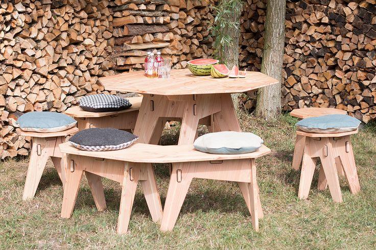 Ein Tisch mit acht Ecken für acht Freunde. Und auf passenden Bänken und Hockern finden bei Grillfesten Geburtstagsfeiern und anderen geselligen Runden alle ihren Platz.