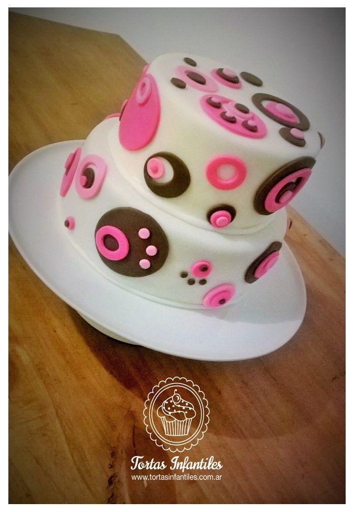 Torta de cumpleaños con circulos rosas y chocolate