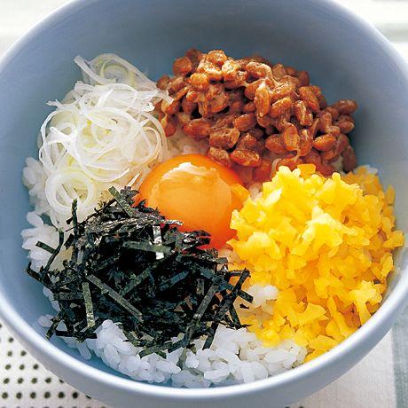 混ぜながらいろいろな食感を楽しんで「納豆丼」のレシピです。プロの料理家・飛田和緒さんによる、卵、納豆、長ねぎ、ご飯、ご飯(どんぶり)などを使った、471Kcalの料理レシピです。