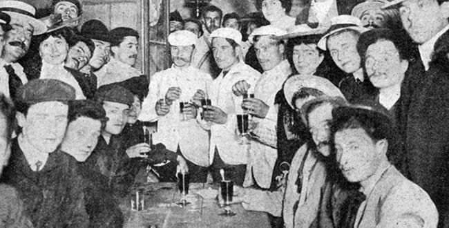 1904 > Les trois premiers du classement général final, les frères Maurice et Cesar Garin trinquent en compagnie de Lucien Pothier. Ils seront tous les trois déclassés pour 'violation des règlements'