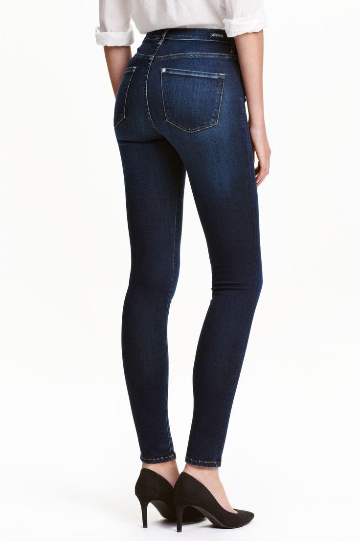 Shaping Skinny Regular Jeans: Shaping. Vaqueros de cinco bolsillos en denim lavado con stretch técnico que sujeta y moldea cintura, muslos y glúteos conservando la forma del pantalón. Perneras maxiajustadas y cintura estándar.