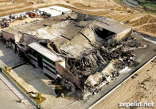 Fotografia aerea de una fabrica incendiada