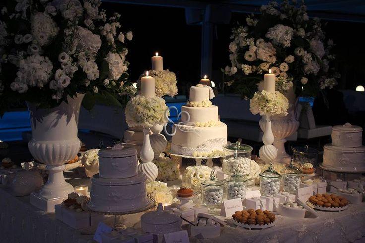 Una confettata dai toni romantici e suggestivi , il tutto incorniciato da composizioni floreali con ortensie e lisantus . Il total white rende il tutto etereo e sofisticato ,il colore perfetto per chi ama l ' eleganza per il suo matrimonio.