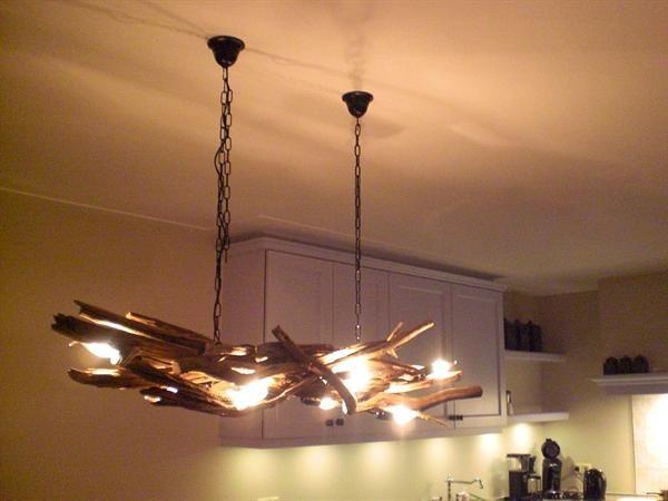 Grote foto landelijke hanglampen van takken.
